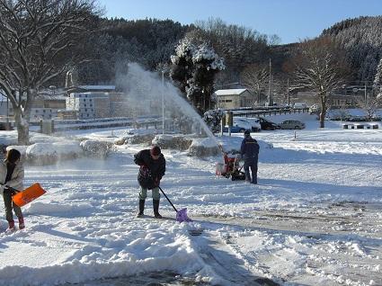 H30.1.23ふれあい館懸命の雪かき (003).jpg